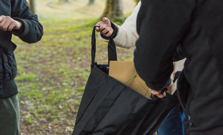 封に入れたスマホや時計はすべて専用バッグの中へ...。