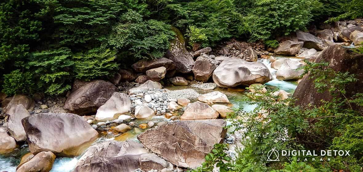 エメラルドグリーンの清流に癒やされる『阿寺渓谷キャンプ場』