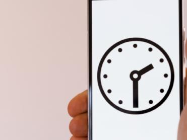 """【衝撃】スマホとパソコン「1日の利用時間」の平均を試算してみると? 私たちは""""ほぼデジタルライフ""""に生きていた"""